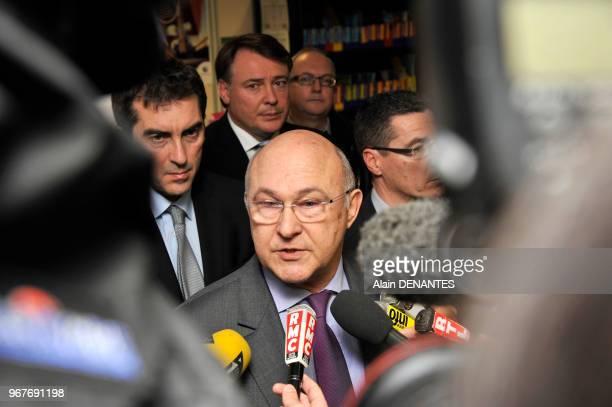 Michel Sapin, Ministre du travail, de l'Emploi, de la Formation professionnelle et du Dialogue social, repond aux questions des journalistes dans...