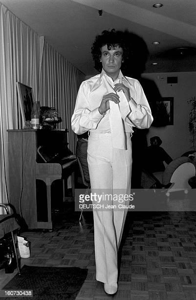 Michel Sardou At The Palais Des Congress A Paris dans sa loge au Palais des Congrès portrait de Michel SARDOU en chemise et pantalon blancs nouant sa...