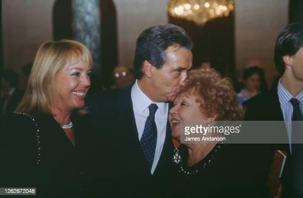 Michel Sardou avec sa femme Babette et embrassant sa mére, Jackie Sardou lors de la fête suivant la cérémonie de remise de Legion d'honneur