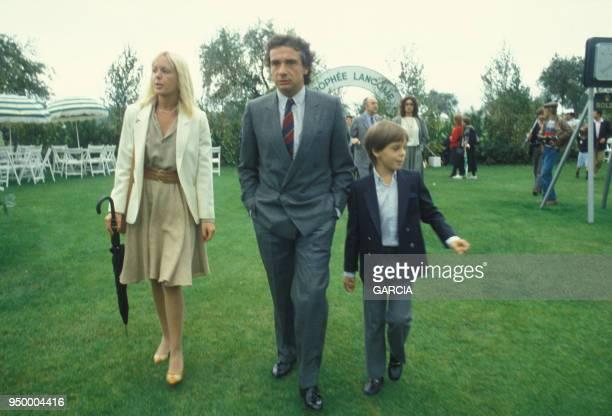 Michel Sardou avec sa femme Elisabeth dite Babette et leur fils Romain circa 1980 en France