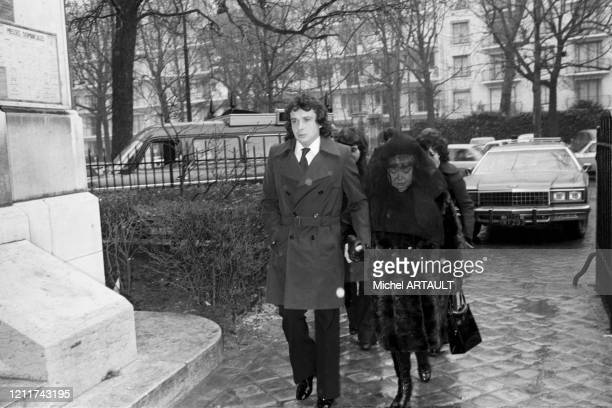 Michel Sardou avec sa mère Jackie lors des obsèques de son père Fernand Sardou à Paris le 4 février 1976, France.