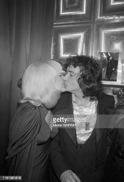 Michel Sardou embrasse sa compagne Babette dans sa loge après son concert à l'Olympia de Paris le 30 décembre 1974 France