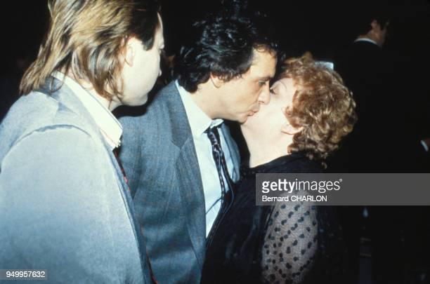 Michel Sardou embrasse sa mère Jackie Sardou en 1977 à Paris, France.
