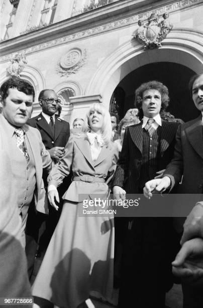 Michel Sardou et Babette à la sortie de la mairie de NeuillysurSeine après leur mariage le 14 octobre 1977 France