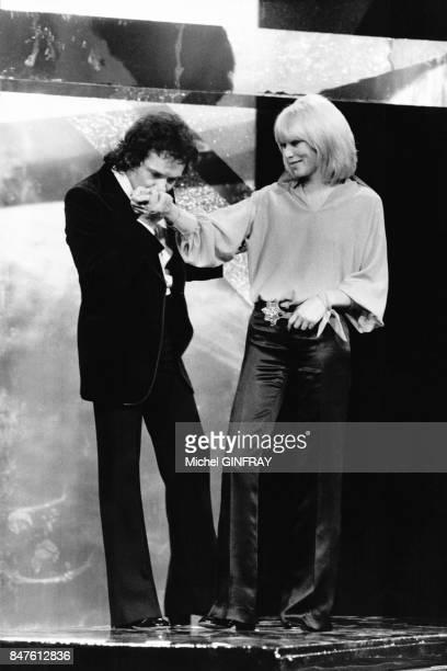 Michel Sardou et Mireille Darc dans le show televise Numero 1 le 29 octobre 1975 a Paris France