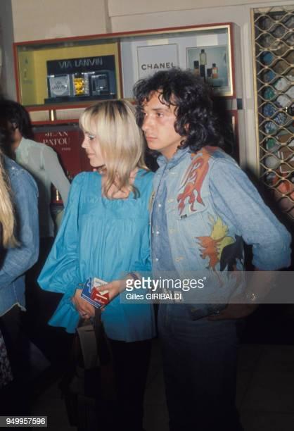 Michel Sardou et sa compagne Elisabeth Haas à Nice en aout 1973 France