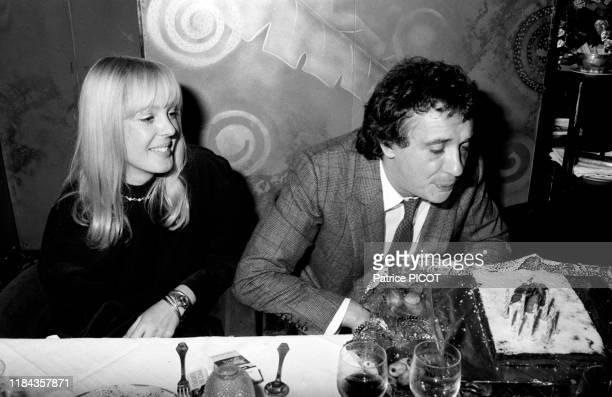Michel Sardou et sa femme Babeth lors d'une soirée à Paris en 1982 France