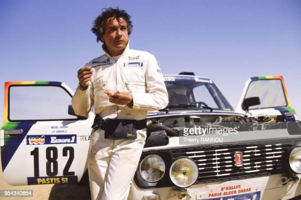 Michel Sardou et sa Lada lors d'une pause pendant le rallye ParisDakar lors de la traversée du désert du Ténéré le 12 janvier 1984 Algérie
