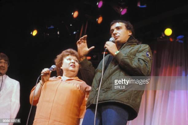 Michel Sardou et sa mère Jackie lors d'un show télévisé dans les années 80 à Paris, France. Circa 1980.