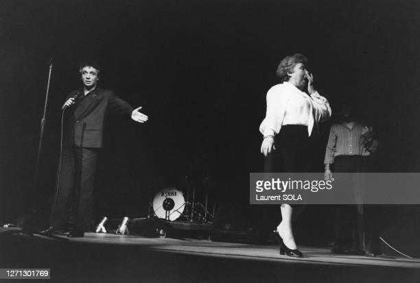 Michel Sardou et sa mère Jackie Sardou sur la scène du Palais des Congrès de Paris lors de son dernier concert le 27 février 1983, France