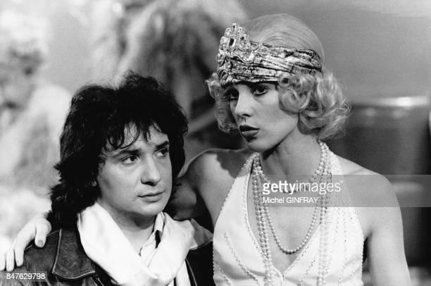 Michel Sardou et Sylvie Vartan dans un show de Maritie et Gilbert Carpentier consacre a la mode retro le 10 mars 1975 a Paris France