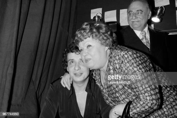 Michel Sardou félicité dans sa loge à l'Olympia par sa mère Jackie et Bruno Coquatrix le 27 octobre 1976 à Paris France