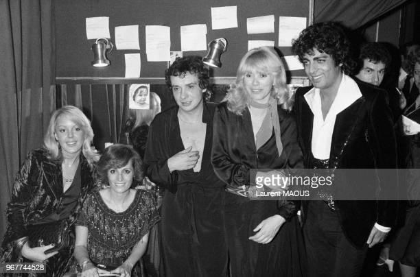 Michel Sardou félicité dans sa loge à l'Olympia par son amie Babette Haas Suzy Macias Mireille Darc et Enrico Macias le 27 octobre 1976 à Paris France