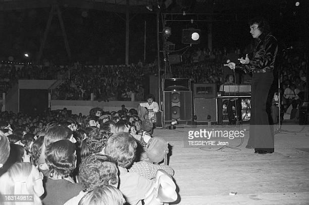 Michel Sardou On Tour En France le 12 août 1974 Le chanteur Michel SARDOU lors d'une tournée à travers la France Sur scène Michel SARDOU portant une...