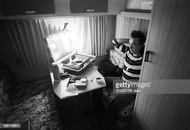 Michel Sardou On Tour En France le 12 août 1974 Le chanteur Michel SARDOU lors d'une tournée à travers la France Dans une loge Michel SARDOU assis...