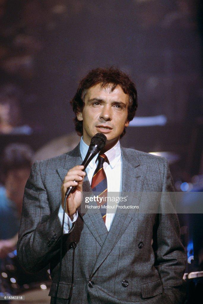 Michel Sardou Performing on Le Grand Echiquier TV Show : Photo d'actualité