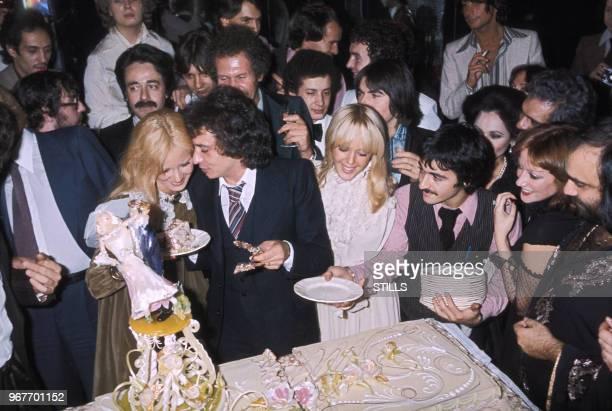 Michel Sardou épouse Elizabeth Haas dite Babette le 14 octobre 1977 en compagnie de Sylvie Vartan à NeuillySurSeine France