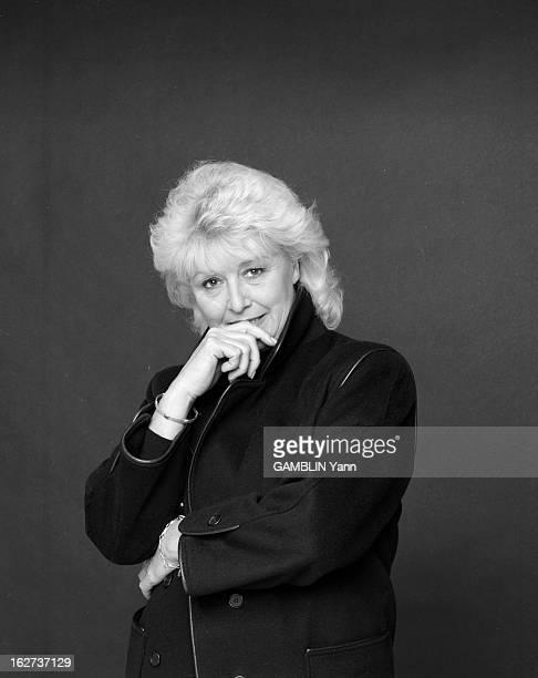 Michele Demai Poses In Studio 14 décembre 1990 portrait studio de Michèle DEMAI exprésentatrice sur ANTENNE 2 qui est devenue reporter et écrivain