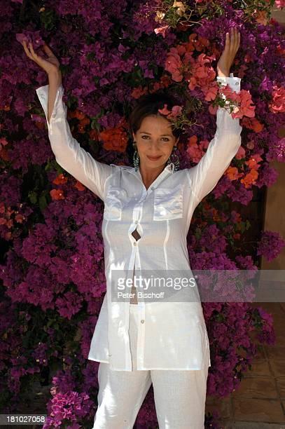 07 April 1963 Sternzeichen Widder Porte 'de Andratx/Mallorca/Spanien Schauspielerin Blumen Ohrring Promis Prominente Prominenter Urlaub Portrait