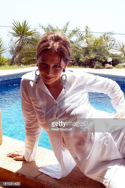 07 April 1963 Sternzeichen Widder Porte 'de Andratx/Mallorca/Spanien Schauspielerin Pool Swimmingpool Ohrringe Palmen Promis Urlaub Prominente...