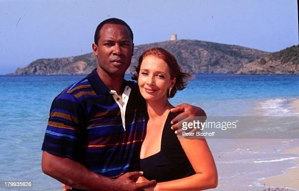 Michele Marian und Bobby Hosea Lena und Tom Liebe zwischen zwei Welten ZDFFilm Cagliari/Sardinien Strand ProdNr 1998/846 Schauspieler Schauspielerin