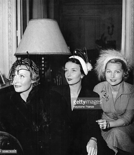 Michele Morgan, Simone Renant et la danseuse Ludmilia Tcherina présentent les chapeaux dont elles sont marraines pour la maison de Mode Arbelle,...
