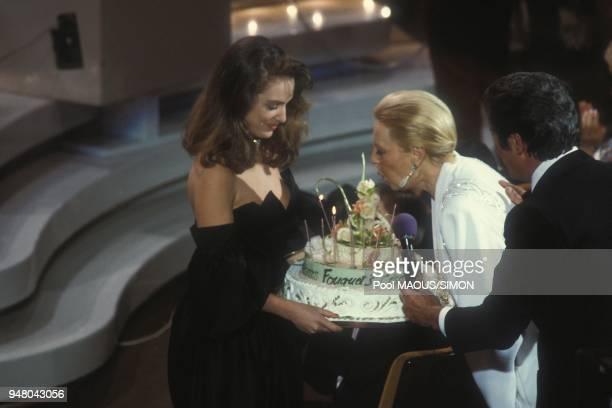 Michele Morgan souffle les bougies de son gateau d'anniversaire le soir de la 9eme ceremonie des Cesar le 4 mars 1984 a Paris France