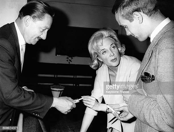 Micheline Presle avec des journalistes à l'aéroport à Berlin Allemagne le 22 juin 1961