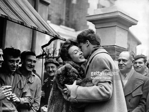 Micheline Presle embrassant le responsable des décors du film 'Le diable au corps' réalisé par Claude AutantLara lors d'un vin d'honneur donné en...