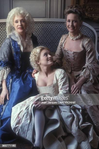 Micheline Presle, Fanny Cottencon et Brigitte Fossey sur le tournage du film 'Les Fausses confidences' realise par Daniel Moosman le 19 avril 1984 a...