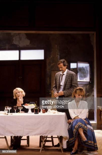 Micheline Presle Nathalie Baye et Patrick Chesnais dans la pièce de théâtre 'Adriana Monti' le 18 septembre 1986 à Paris France