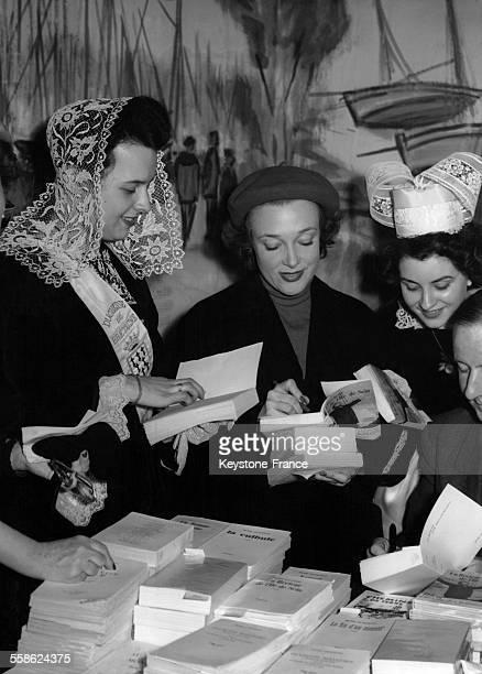 Micheline Presle signant des autographes lors d'une vente de livres bretons à la gare Montparnasse à Paris France