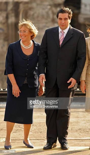 Michelle Bachelet , presidente de Chile y Martin Torrijos , presidente de Panama caminan luego de posar para la foto oficial realizada frente a la...