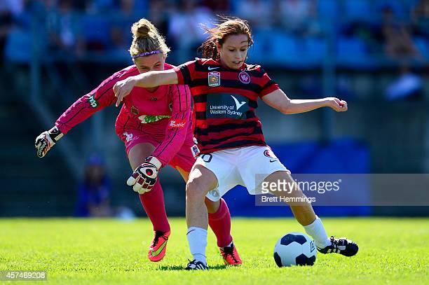 Michelle Carney of the Wanderers beats Hannah Southwell of the Jets to score during the round six WLeague match between the Western Sydney Wanderers...
