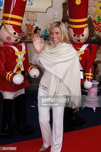Michelle Hunziker DisneyMitarbeiter als SpielzeugSoldaten verkleidet Gala Disneyland Paris Paris Frankreich
