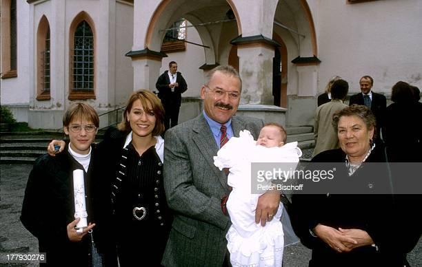 Michelle Vater Rudolf Hewer Tochter Celine Oma Anita Schwester Madeleine Taufe von Celine Haag Bayern Deutschland Europa Taufe Baby Kerze Taufkerze...