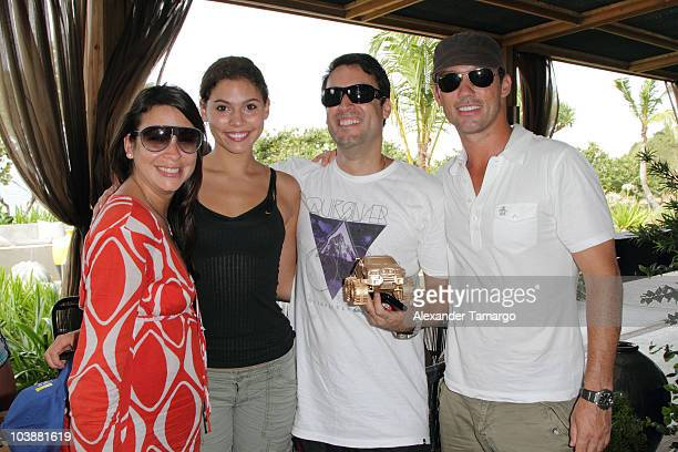 Michelle Woods and Jeffrey Donovan pose with guests and their trophey after participating in the Jeep Chrysler scavenger hunt during Hollywood...