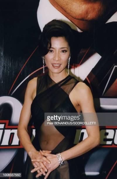Michelle Yeoh lors de la première du film 'Tomorrow never dies' le 11 décembre 1997 à Paris France