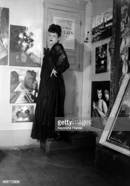 MichelMarie Poulain hommefemme peintre dans son atelier à Paris France en 1946