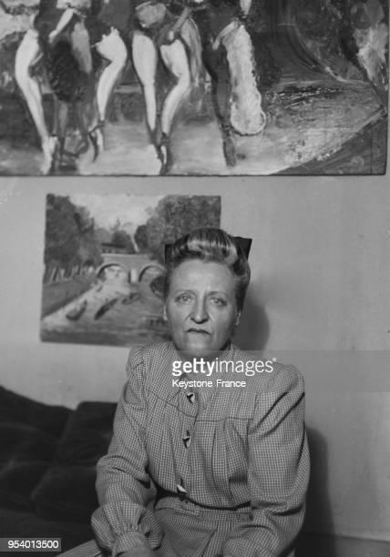 MichelMarie Poulain hommefemme peintre photographié dans son atelier à Paris France en 1946