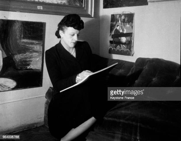 MichelMarie Poulain hommefemme peintre travaillant dans son atelier à Paris France en 1946