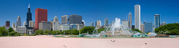 USA, Michigan, Chicago, Buckingham fountain with skyline in background