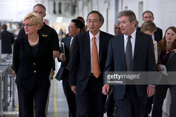 Michigan Governor Jennifer Granholm left Steven Chu US energy secretary center and David Vieau president and chief executive officer of A123 Systems...