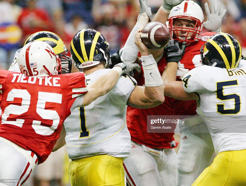NCAA Football - MasterCard Alamo Bowl - Michigan vs Nebraska - December 28, 2005 : News Photo