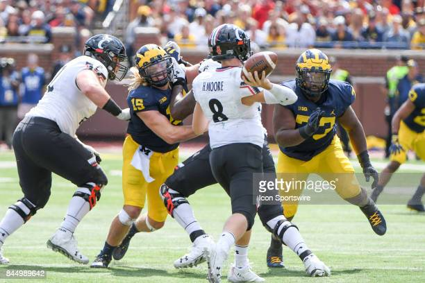 Michigan Wolverines defensive lineman Chase Winovich and Michigan Wolverines defensive lineman Maurice Hurst put pressure on Cincinnati Bearcats...
