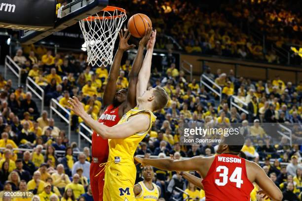 Michigan Wolverines forward Moritz Wagner and Ohio State Buckeyes forward Jae'Sean Tate battle to grab a rebound during the first half of a regular...