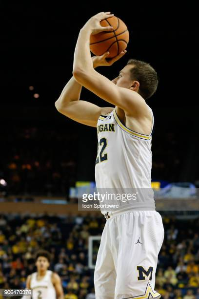 Michigan Wolverines guard Duncan Robinson shoots a jump shot during a regular season Big 10 Conference basketball game between the Illinois Fighting...