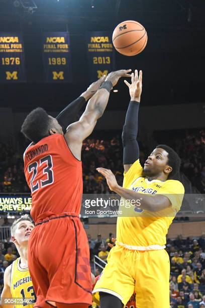 Michigan Wolverines guard Zavier Simpson takes a floater over Maryland Terrapins forward Joshua Tomaic during the Michigan Wolverines game versus the...