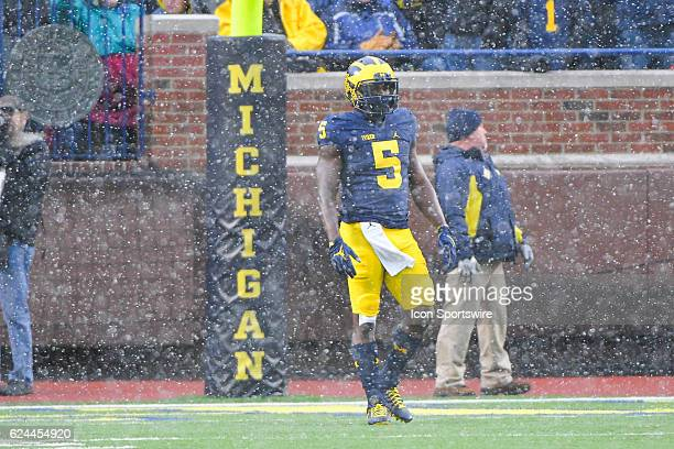 Michigan Wolverines linebacker Jabrill Peppers waits in a snow squall to receive the opening kickoff during the NCAA football game between the...
