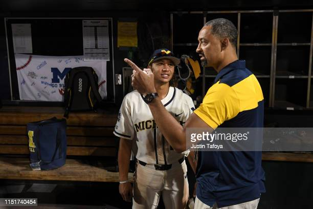 Michigan Wolverines men's basketball coach Juwan Howard right speaks with Jordan Brewer of the Michigan Wolverines during the Division I Men's...